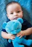 O menino recém-nascido está encontrando-se na cama Imagem de Stock Royalty Free
