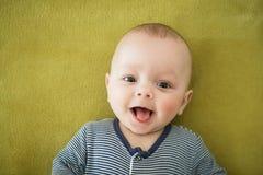 O menino recém-nascido está encontrando-se na cama Fotografia de Stock Royalty Free