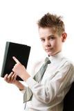 O menino sério aponta seu dedo no livro Foto de Stock