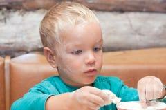 O menino sculpts da massa de pão. Fotos de Stock Royalty Free