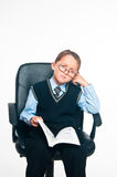 O menino senta e lê o livro Imagens de Stock