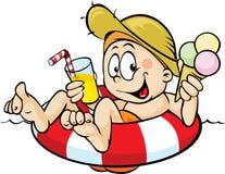 O menino senta-se em um boia salva-vidas, comendo o gelado Imagens de Stock Royalty Free
