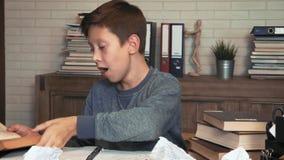 O menino sonolento mante-se distraído ao fazer trabalhos de casa filme