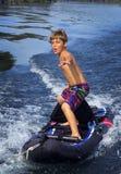 O menino surfa o caiaque - reboque do barco Fotos de Stock Royalty Free
