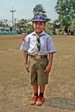 O menino tailandês veste o uniforme do boyscout fotografia de stock