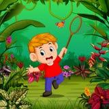 O menino tenta travar uma borboleta na floresta ilustração do vetor