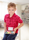 O menino tira pinturas fotos de stock