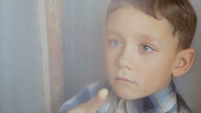 O menino tira um dedo na janela filme
