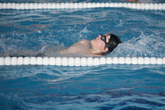 O menino treina na piscina, antes do compet fotos de stock royalty free