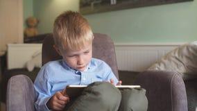 O menino usa a tabuleta em casa filme