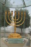 O menorah dourado situado no quarto judaico na cidade velha do Jerusalém Fotos de Stock Royalty Free