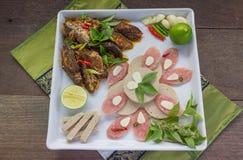O menu de fusão fritou os peixes da cavala e o molho de pimentão decorados com presunto vietnamiano e cortou a salsicha de carne  Fotografia de Stock Royalty Free
