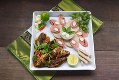 O menu de fusão fritou os peixes da cavala e o molho de pimentão decorados com presunto vietnamiano e cortou a salsicha de carne  Imagem de Stock Royalty Free
