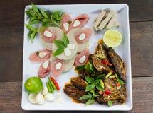 O menu de fusão fritou os peixes da cavala e o molho de pimentão decorados com presunto vietnamiano e cortou a salsicha de carne  Foto de Stock