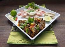 O menu de fusão fritou os peixes da cavala e o molho de pimentões decorados com presunto vietnamiano e cortou a salsicha de carne Imagens de Stock