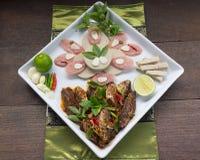 O menu de fusão fritou os peixes da cavala e o molho de pimentões decorados com presunto vietnamiano e cortou a salsicha de carne Imagem de Stock