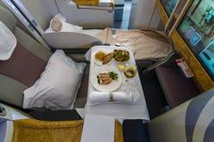 O menu do passageiro da classe executiva dos aviões os maiores Airbus A380 do mundo Imagens de Stock