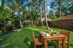 O menu ocidental especial do café da manhã ajustou-se na tabela exterior na área do jardim Foto de Stock