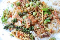 O menu tailandês do alimento agita fritado com carne de porco friável, pimenta, Krachai, beringela, folhas do cal do kaffir, pime fotografia de stock
