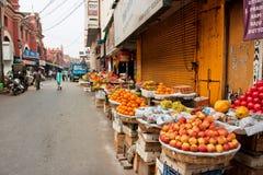 O mercado com frutos frescos para em uma rua suja da cidade velha Imagens de Stock