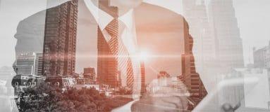 O mercado de Analyze do homem de negócios através da tabuleta à mão, fundo é uma paisagem da cidade com um conceito e uma comunic ilustração stock