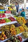 O mercado de frutas e legumes do undercove em Cusco central no Peru Fotografia de Stock Royalty Free