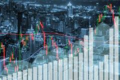 O mercado de valores de ação de troca representa graficamente e barra na cidade na noite Negócio fi imagem de stock