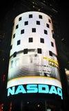 O mercado de valores de acção do Nasdaq na noite fotografia de stock royalty free