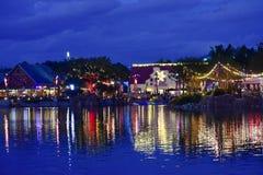 O mercado do Natal e as luzes coloridas refletiram no lago na noite na área internacional da movimentação imagens de stock