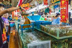 O mercado local do alimento de Banzaan em Patong Tailândia imagem de stock