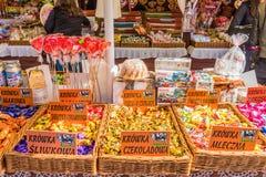 O mercado local no quadrado principal da cidade velha de Krakow foto de stock