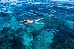 O mergulhador da máscara do homem nada o mar Imagens de Stock