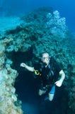 O mergulhador de mergulhador do homem nada fora da garganta fotos de stock royalty free