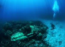 O mergulhador do mergulhador do fotógrafo toma uma foto de A6M Zero fotografia de stock royalty free
