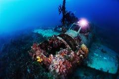O mergulhador do mergulhador do fotógrafo toma uma foto de A6M Zero foto de stock royalty free