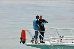 O mergulhador e o capitão do iate veem o mapa Foto de Stock Royalty Free