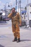 O mergulhador grego da esponja fala no telefone de pilha fotografia de stock royalty free