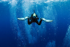 O mergulhador nada em bolhas de ar como no whirlpool Imagens de Stock