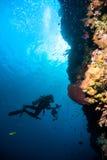 O mergulho autônomo da água azul do mergulhador bunaken o oceano do recife do mar de Indonésia Imagem de Stock Royalty Free