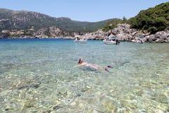 O mergulho da mulher e mergulhar no penhasco em liapades em Corfu são imagens de stock