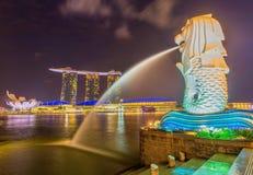 O Merlion e a Marina Bay Sands Resort Hotel Fotos de Stock Royalty Free
