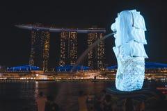O Merlion que negligencia Marina Bay Sands durante o iLight 2019 de Singapura imagens de stock