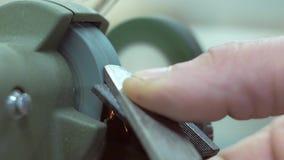 O mestre aponta a lâmina do plano na máquina de moedura vídeos de arquivo