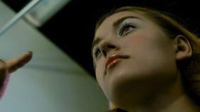 O mestre da composição pinta os olhos da menina Faz a composição, close-up filme
