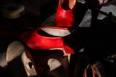 O mestre da sapata costura sapatas e couro foto de stock royalty free