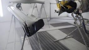 O mestre está cobrindo pelo detalhe de automóvel na planta de carro, close-up da laca filme