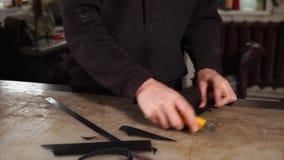 O mestre está trabalhando com parte de couro video estoque