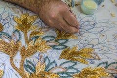 O mestre faz mosaicos artísticos Mosaico em Jordânia Fotos de Stock