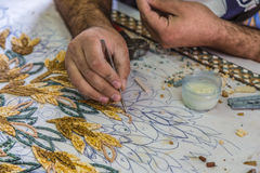 O mestre faz mosaicos artísticos Mosaico em Jordânia Imagens de Stock Royalty Free