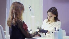 O mestre faz o tratamento de mãos à mulher vídeos de arquivo